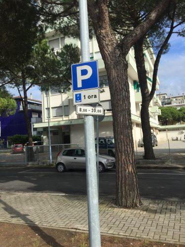 В этом месте бесплатная парковка разрешена на 1 час