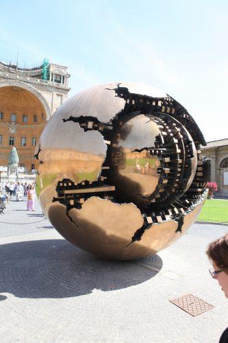 Золотой шар в Ватикане