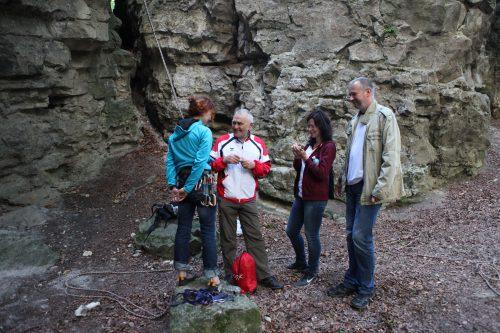 Группа геокешеров обсуждает стратегию взятия тайника