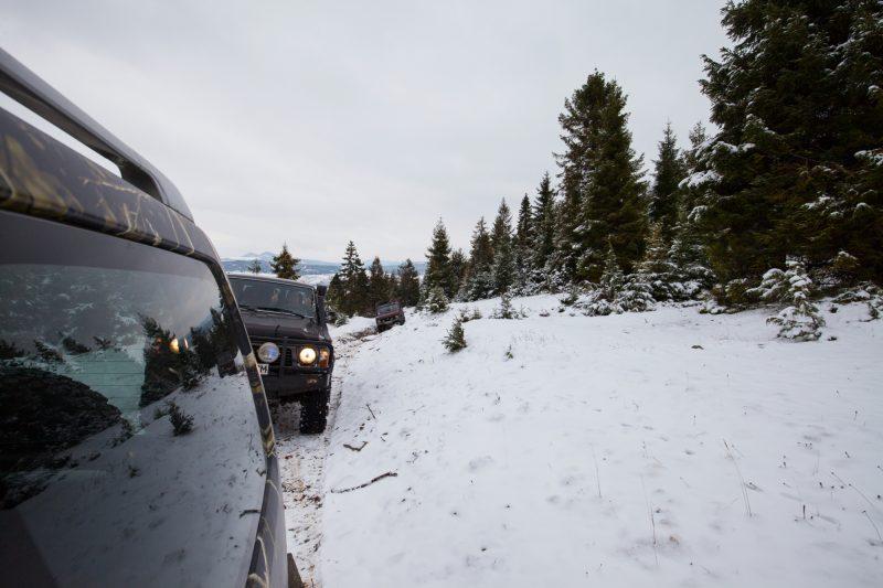 Джипы едут в горы